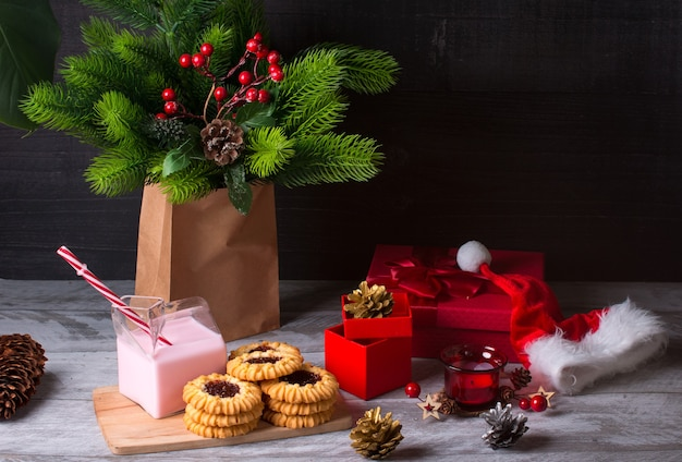 Neujahrs-weihnachtsgenuss. kekse und erdbeermilch geschenk in einer box