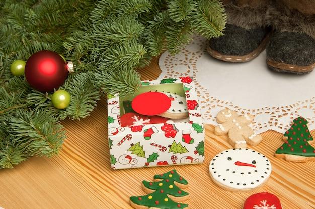 Neujahrs-weihnachtsplätzchen mit weihnachtsschmuck und stiefeln