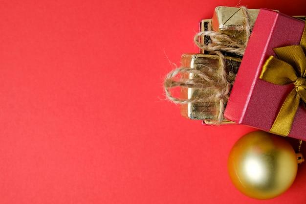 Neujahrsball und offene geschenkbox