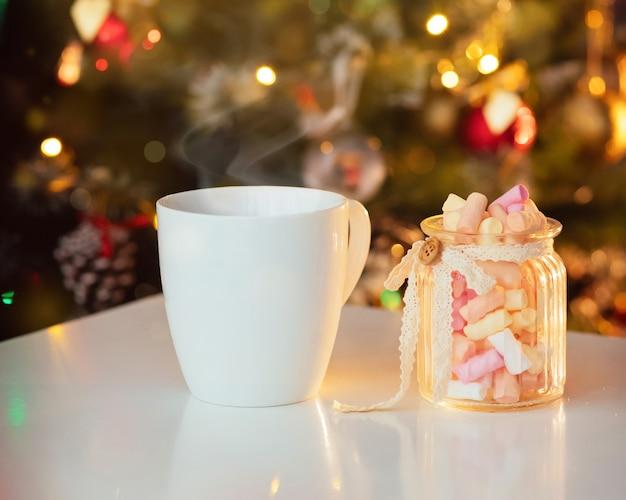 Neujahrsbecher mit marshmallows. stillleben hautnah.
