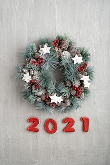 Neujahrsdekor mit weihnachtskranz und nummer 2021. winterferienmuster.