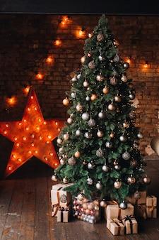 Neujahrsdekor und ein geschmückter weihnachtsbaum mit neujahrsgeschenken