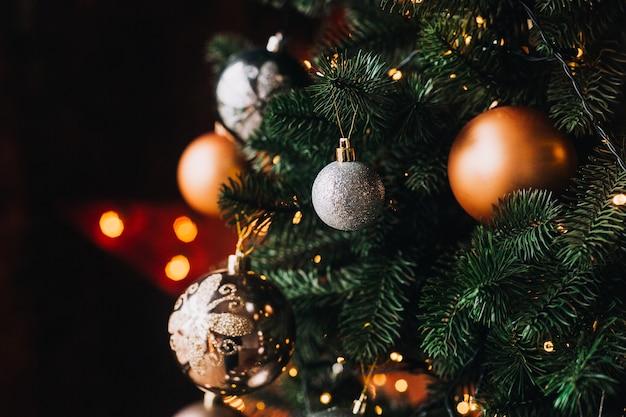 Neujahrsdekor und ein geschmückter weihnachtsbaum