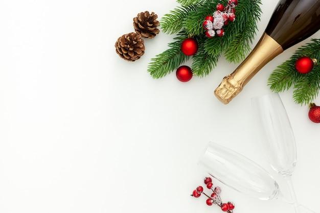 Neujahrsdekoration mit champagnerflasche und tannenzweigen