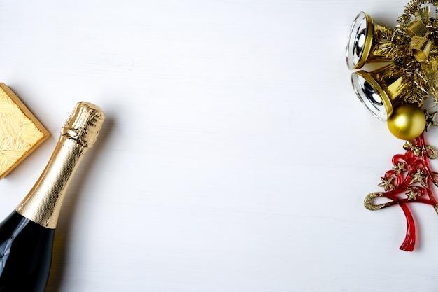 Neujahrsdekorationen, geschenk und champagner