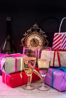 Neujahrsdekorationen mit zwei gläsern champagner. neujahrspostkarte