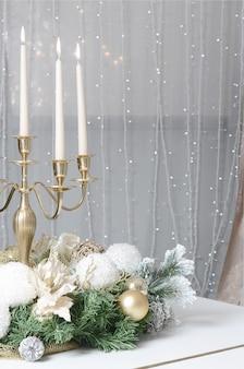 Neujahrsdekorationen und ein goldener kerzenhalter