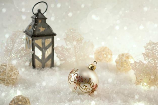 Neujahrsdekorationsball auf schnee. weihnachtskarte