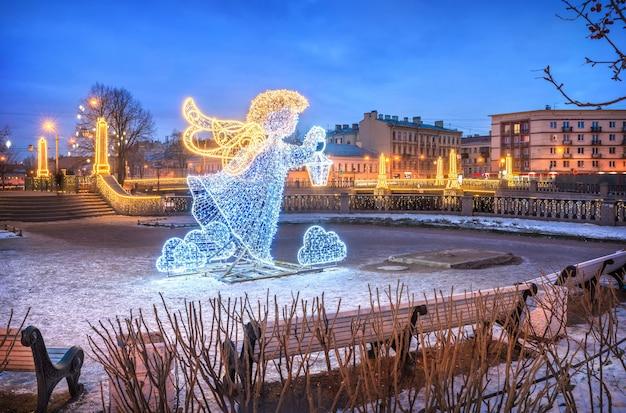 Neujahrsengel in der nähe der krasnogvardeisky-brücke in st. petersburg