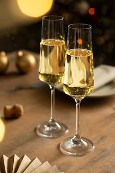 Neujahrsfeier mit zwei gläsern champagner
