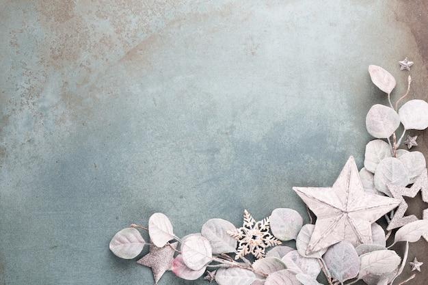 Neujahrsfeier und weihnachtshintergrund eukalyptus und weihnachtssterndekorationen draufsicht.