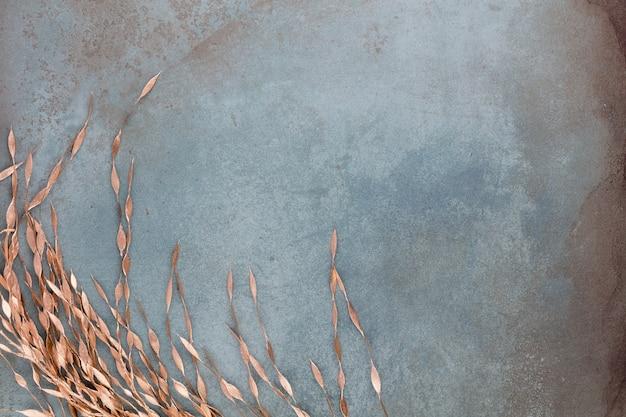 Neujahrsfeier und weihnachtshintergrund mit goldenen blumen, weihnachtsdekoration draufsicht.