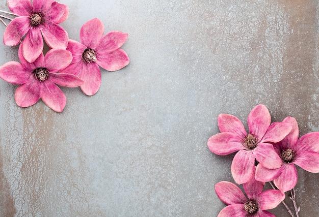 Neujahrsfeier und weihnachtshintergrund mit rosa blumen. draufsicht.