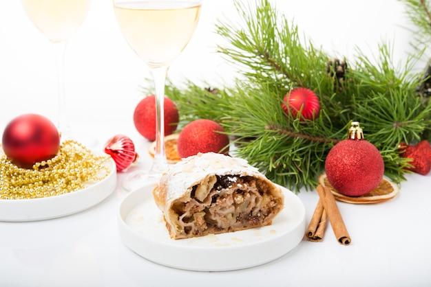 Neujahrsfeiertagsapfelkuchen, weihnachtsdekorationen, weißer hintergrund