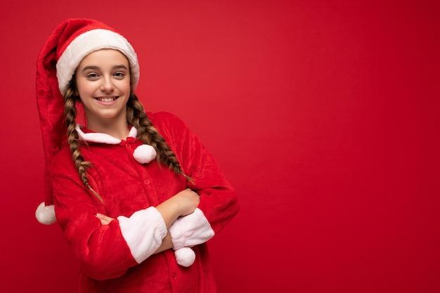 Neujahrsfoto von einem bezaubernden, faszinierenden, glücklichen, positiv lächelnden brünetten mädchen mit
