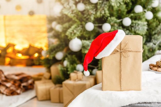 Neujahrsgeschenke unter dem weihnachtsbaum. die geschenke werden in kraftpapier verpackt und gebunden