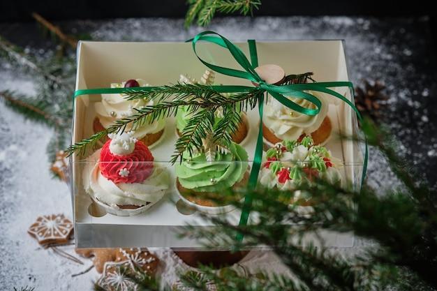 Neujahrsgeschenksets mit süßigkeiten eine schachtel cupcakes als weihnachtsgeschenk