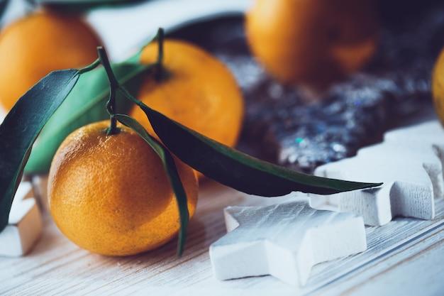 Neujahrshintergrund - appetitliche mandarinen nahaufnahme auf dem tisch