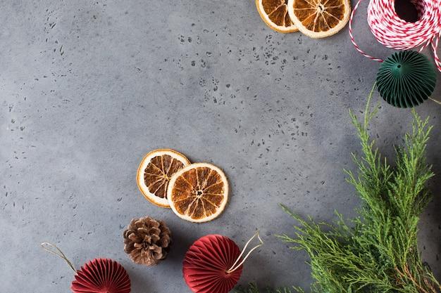 Neujahrshintergrund auf grauem betonhintergrund ein rahmen mit platz für text
