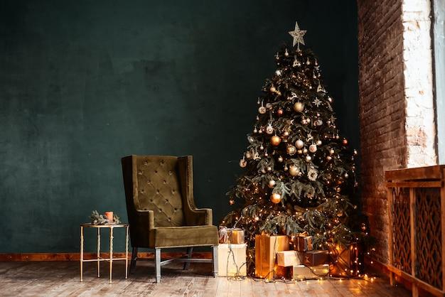 Neujahrshintergrund. weihnachtszimmer interieur des lofts. licht, geschenke, kerzen und heißes licht drinnen.