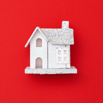 Neujahrsholzspielzeughaus auf rotem papier