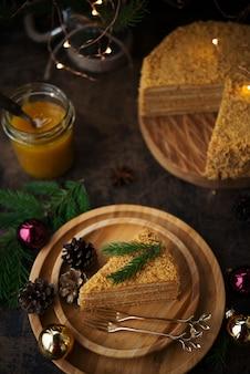Neujahrsidee für ein festliches dessert. selbst gemachter honigkuchen auf dunkler wand.