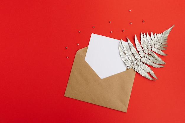 Neujahrskarte. leere weiße karte mit papierumschlag
