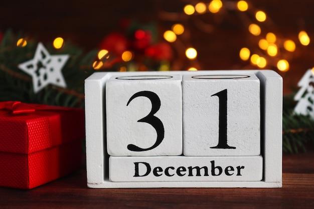 Neujahrskomposition mit kalender vom 31. dezember weihnachtsbaum und geschenkbox