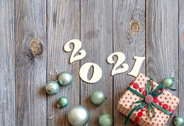 Neujahrskomposition mit kommender jahreszahl und dekor auf holztisch hautnah.