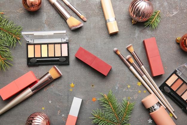 Neujahrskomposition mit make-up-kosmetik auf grau