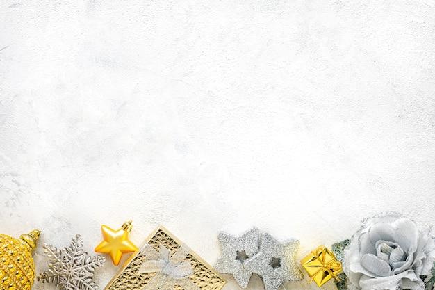 Neujahrskomposition. weihnachtsweiß- und golddekorationen auf einem weißen hintergrund flache lage, draufsicht, kopierraum Premium Fotos
