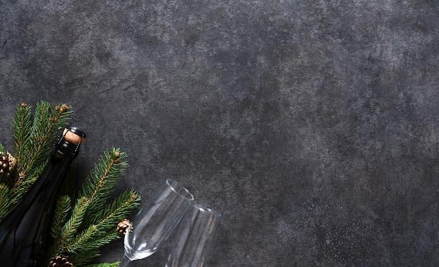 Neujahrskonzept. champagner und gläser mit tanne auf dem neujahrstisch ..
