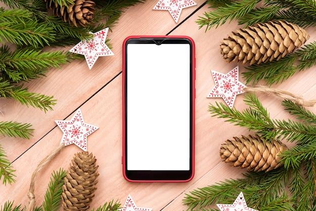 Neujahrskonzept mit einem telefon auf einem holztisch.