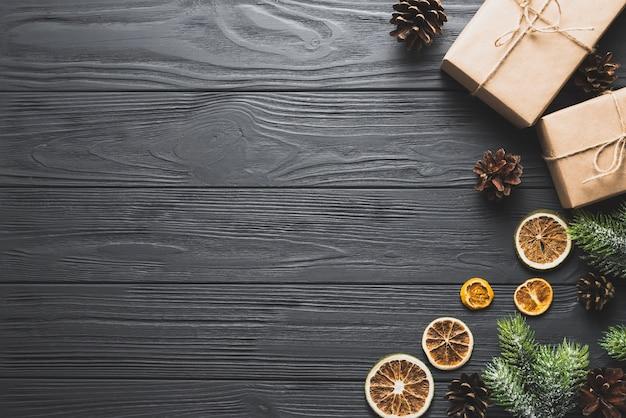 Neujahrskonzept mit geschenken und platz links