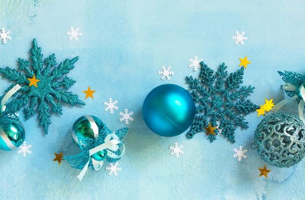 Neujahrskonzept weihnachtsweihnachtsdekor auf blauem hintergrund draufsicht auf einen flachen laienhintergrund