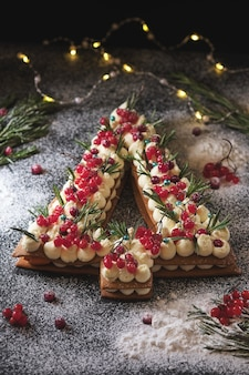 Neujahrskuchen in form eines weihnachtsbaumes