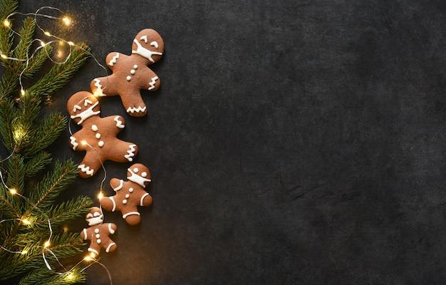 Neujahrslayout mit platz für text. weihnachtshintergrund mit lebkuchen und tanne.