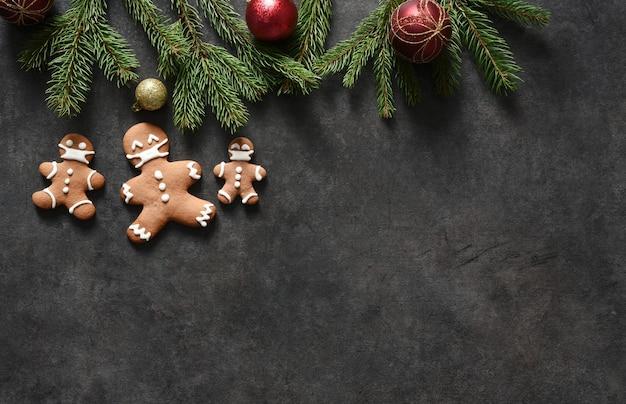 Neujahrslayout mit platz für text. weihnachtshintergrund mit lebkuchentanne und geschenken.