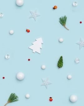 Neujahrsplan mit kleinen feiertagsdekorationen verzweigt sich kieferngrünkegelrotbeeren