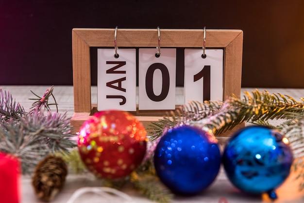 Neujahrspostkarte mit sektgläsern, bunten paketen und uhr