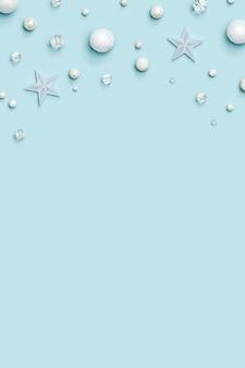 Neujahrsrahmen mit feiertagsdekorationen mit weißer und transparenter sternkugel der winterdekoration
