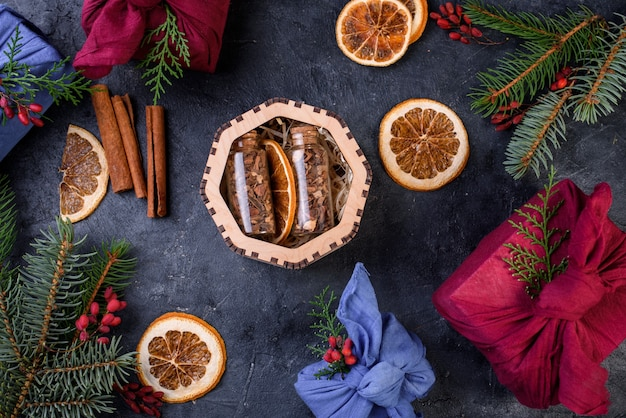 Neujahrsset für glühwein in einer holzkiste