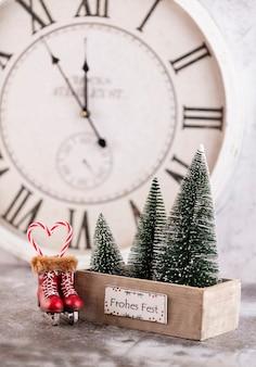 Neujahrsuhr. verziert mit weihnachtsbaumdekorationshintergrund. feierkonzept für silvester.