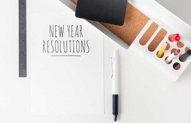 Neujahrsvorsätze auf papier draufsicht tischplatte