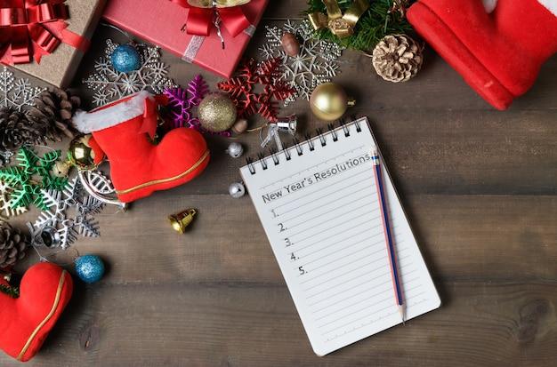 Neujahrsvorsätze text auf briefpapier mit dekorationen