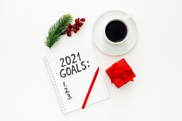 Neujahrsziele liste weihnachtsschmuck und notizbuch