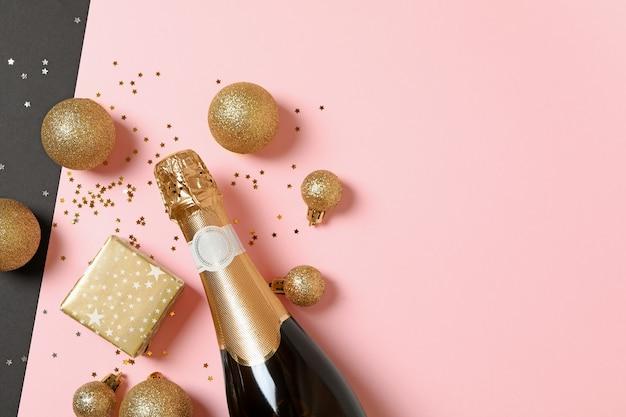 Neujahrszubehör und eine flasche champagner