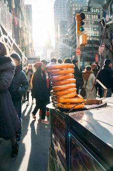 Neun brezeln gestapelt in einem fast-food-wagen in der innenstadt von new york city - nahaufnahme