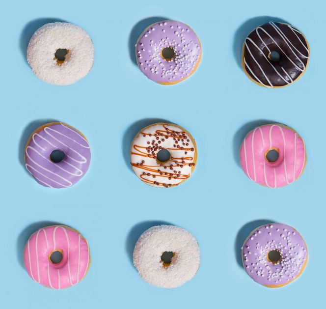 Neun bunte süßigkeiten donuts