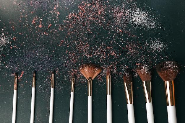 Neun professionelle make-up-pinsel auf schwarzem hintergrund
